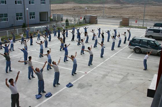 개성공단에 입주한 기업에서 근무했던 다양한 북한 근로자들의 출퇴근, 업간체조 등 하루 일과를 시각 이미지로 전달