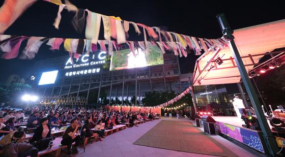 시민들에게 문화가 있는 밤을 선사하고 있는 ACC 아트트레일러 공연 모습. (사진 = 국립아시아문화전당)